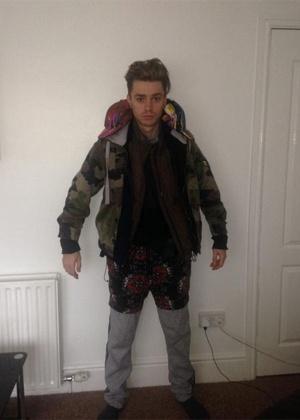 O cantor James McElvar, 19, da banda Rewind, com a montanha de roupas
