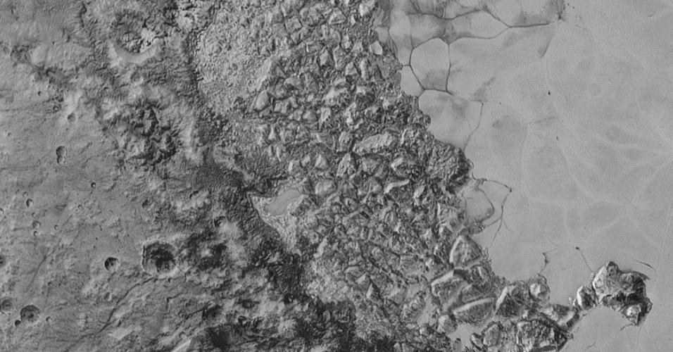 21.set.2015 ? No centro desta imagem, que mostra 470 quilômetros da superfície de Plutão, aparece uma região montanhosa que ainda não foi compreendida por inteiro pelos cientistas. Ao lado do desnível no solo há a planície gelada do planeta anão chamada de Sputnik Planum