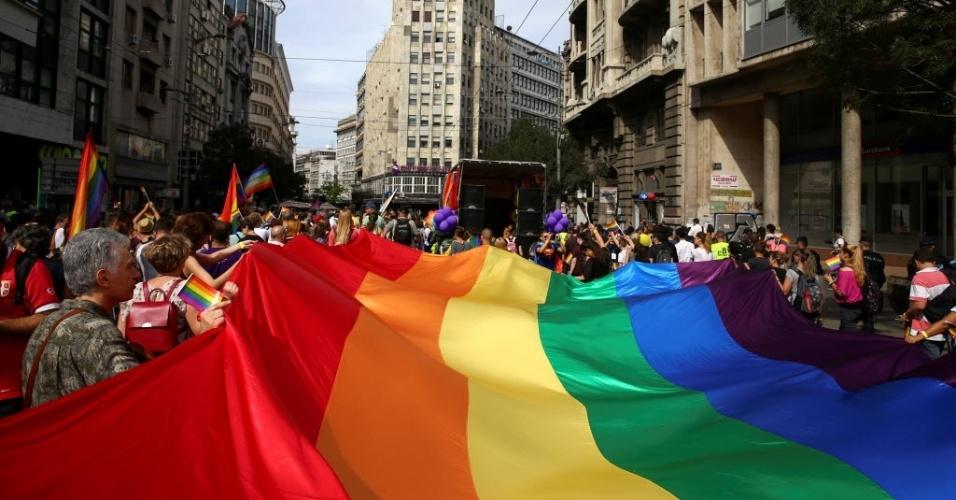 18.set.2016 - Multidão segura bandeira do arco-íris durante a Parada do Orgulho LGBT (Lésbicas, Gays, Bissexuais, Travestis, Transexuais e Transgêneros) em Belgrado, Sérvia