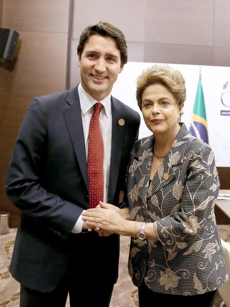 16.nov.2015 - A presidente Dilma cumprimenta o primeiro-ministro canadense, Justin Trudeau, durante reunião bilateral em Antalya, na Turquia, no domingo (15), mas imagem foi divulgada no dia seguinte. A cidade recebe o encontro do G20, grupo que reúne as principais economias do mundo