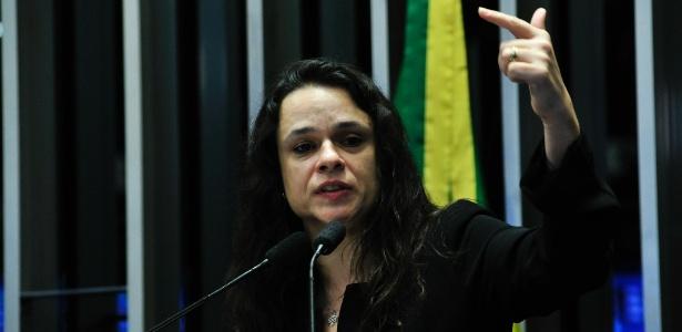 A advogada Janaina Paschoal, uma das autoras do processo de impeachment de Dilma Rousseff, acompanha a sessão