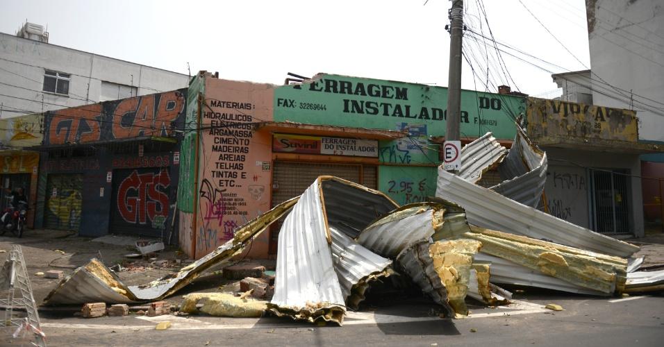 30.jan.2016 - Com ventos de até 120 km, a forte chuva que atingiu Porto Alegre na noite de sexta-feira (29) arrancou o telhado de casas e lojas da capital gaúcha. Além disso, o temporal deixou semáforos desligados e árvores caídas