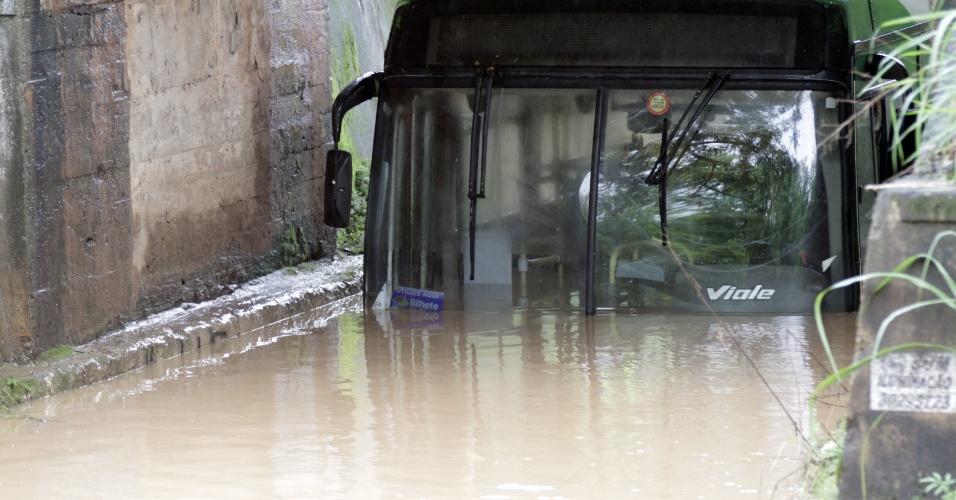 11.mar.2016 - Ônibus fica preso em alagamento no bairro Monte Belo, em Campinas. Com mais de 80 milímetros de chuvas em 72 horas, seis cidades da região de Campinas entraram em estado de atenção. São elas: Águas de Lindoia, Campinas, Holambra, Morungaba, Sumaré e Valinhos