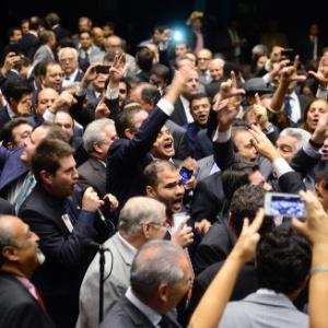 Deputados gritam pela renúncia da presidente Dilma Rousseff, durante sessão da Câmara