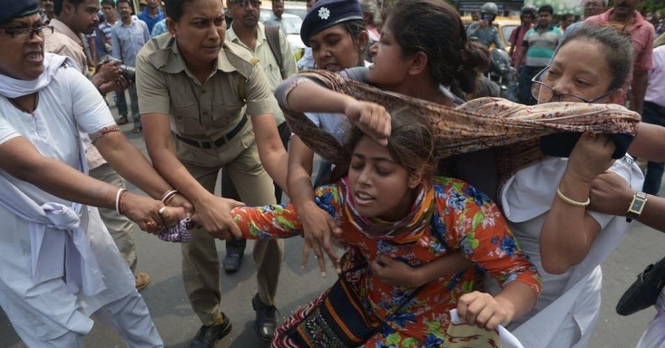 31.mai.2016 - Mulheres fazem protesto contra um estupro coletivo em Calcutá, na Índia. Uma mulher foi sequestrada e estuprada por pelo menos quatro homens no domingo (29). A vítima está hospitalizada. No distrito de Uttar Pradesh, o corpo de uma adolescente foi encontrado pendurado em uma árvore. Segundo as autoridades, a jovem foi violentada e morta por três homens
