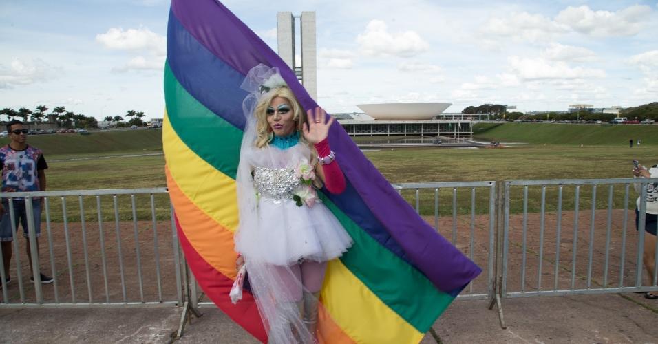 28.jun.2015 - Noiva posa para foto durante casamento coletivo em frente ao Congresso Nacional, em Brasília, antes da Parada Gay na capital federal, neste domingo (28)