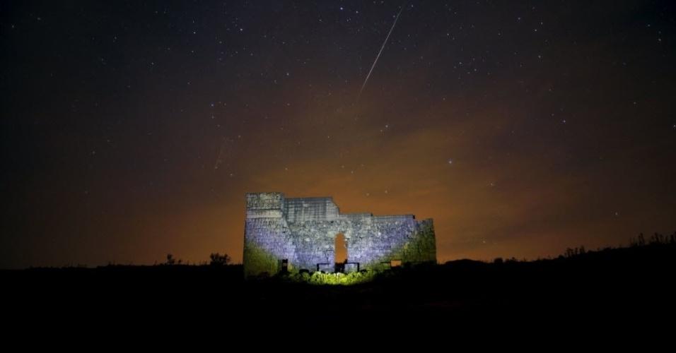 13.ago.2015 - Meteoros riscam o céu acima das ruínas de um teatro romano em Acinipo, Espanha. A chuva de meteoros Perseidas ocorre anualmente e tem este nome por ser avistada da Terra próximo da constelação de Perseu
