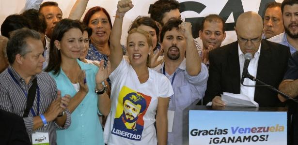 Membros da oposição na Venezuela, incluindo Lilian Tintori (ao centro), mulher do líder Leopoldo Lopez, atualmente preso, comemoram os resultados das eleições em Caracas