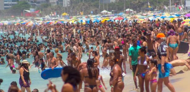 Em mais um dia de forte calor, a praia de Ipanema ficou lotada. A sensação térmica na cidade chegou a 47,7ºC no início da tarde, em Guaratiba