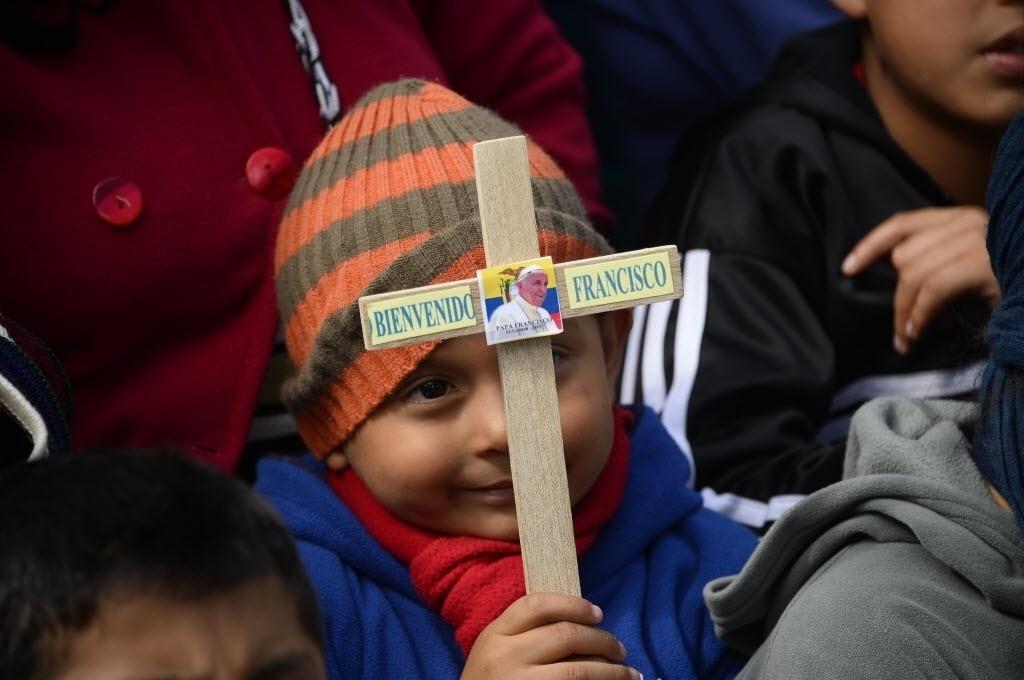8.jul.2015 - Menino espera a chegada do papa Francisco antes de uma reunião com o clero e seminaristas no Santuário Mariano Nacional de