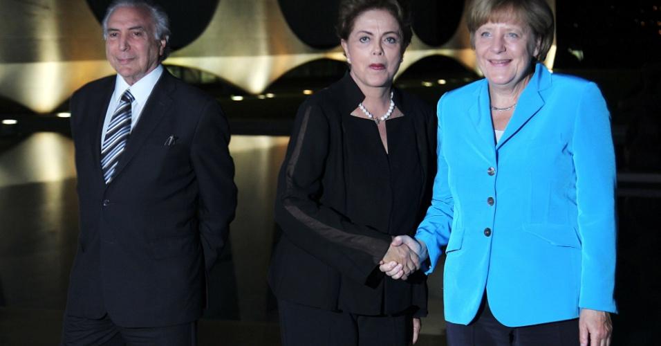 19.ago.2015 - A presidente Dilma Rousseff recebe a chanceler da Alemanha Angela Merkel ao lado do vice-presidente Michel Temer. Merkel esteve no Brasil na quarta e quinta-feira para fechar cerca de 15 parcerias entre os países nas áreas econômicas, ambiental e pesquisa