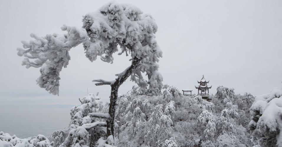 25.nov.2015 -  Região montanhosa de Tianjin, no norte da China, fica toda branca após ser atingida por forte nevasca