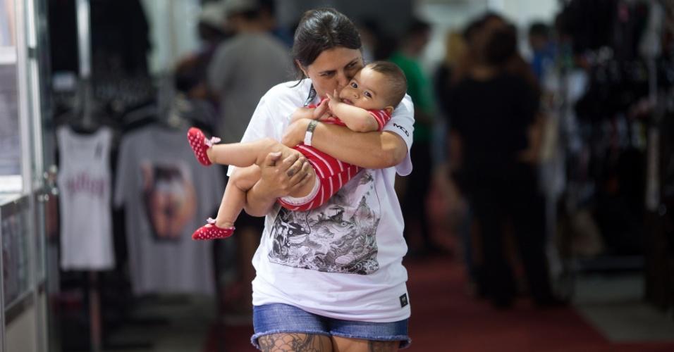 22.jan.2016 - Bebê em evento de tatuagem pode? Pode sim. O público começou a chegar às 18h no Centro Sulamerica, que fica em bairro da Cidade Nova, no Rio de Janeiro, onde desde a sexta-feira acontece a Convenção Internacional Tattoo Week 2016