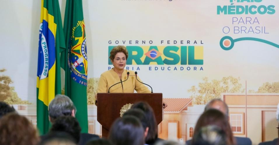 29.abr.2016 - A presidente Dilma Rousseff participa de cerimônia de anúncio da prorrogação da permanência dos médicos brasileiros formados no exterior e estrangeiros no programa Mais Médicos, em Brasília