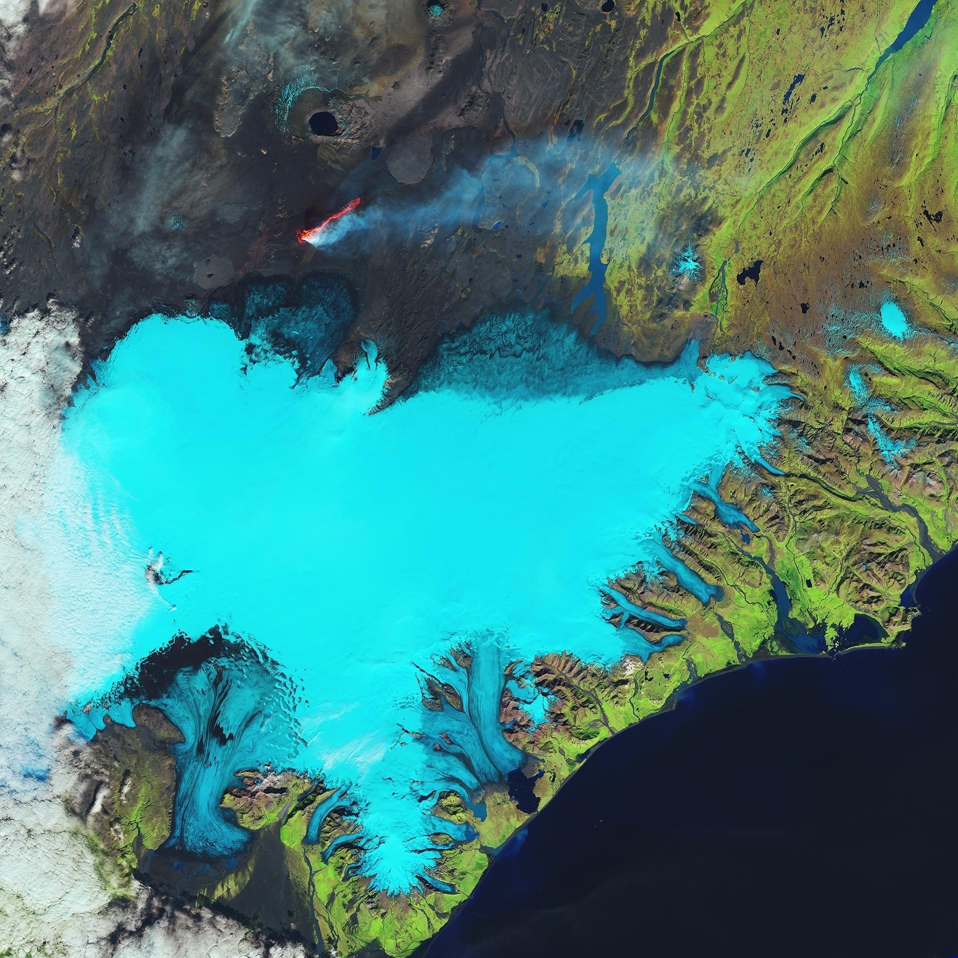 14.out.2016 - O satélite Landsat-8 fotografou a costa sudeste da Islândia e da geleira Vatnajokull no dia 6 de setembro de 2014. A ESA (Agência Espacial Europeia) divulgou a imagem este mês e afirmou que as cores foram alteradas para realçar a foto. As geleiras cobrem 11% da paisagem da Islândia e a Vatnajokull é a maior delas, com espessura de até um quilômetro