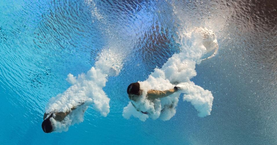 27.jul.2015 - A atletas canadenses Maeghan Benfeito e Roseline Filion mergulham na prova da plataforma de 10 metros, durante o Campeonato Mundial de Natação Kazan 2015, na Rússia