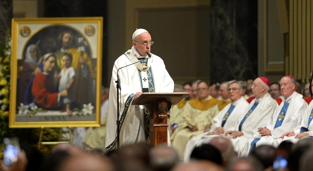 26.set.2015 - O papa Francisco fala durante celebração de missa na Catedral Basílica de São Pedro e São Paulo na Filadélfia (EUA) neste sábado (26). A Filadélfia é a última etapa da viagem de seis dias do pontífice pelos Estados Unidos
