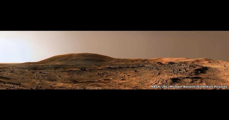 Esta imagem foi feita em um fim de tarde de um dia em Marte. Ao fundo, o monte Husband, que ganhou esse nome em homenagem ao comandante do ônibus espacial Columbia, Rick Husband. Ele morreu com outros seis astronautas em 2003, quando o Columbia se desintegrou ao reentrar na atmosfera da Terra