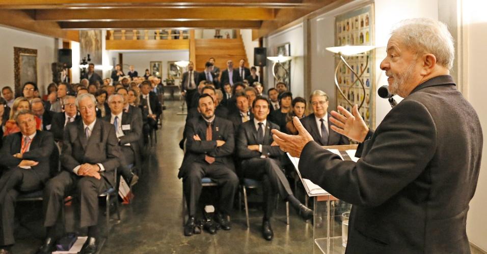 15.jun.2015 - O ex-presidente Luiz Inácio Lula da Silva discursa para comitiva de empresários franceses na residência consular da França em São Paulo