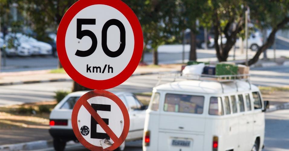 26.ago.2015 - A avenida Brás Leme, na zona norte, teve a velocidade reduzida em agosto por toda sua extensão para 50km/h. Outras avenidas importantes de região, como a Zaki Narchi e a Cruzeiro do Sul já operam com velocidades reduzidas em alguns trechos desde 2014