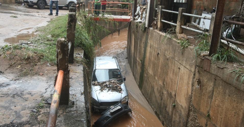13.set.2-15 - Um carro foi arrastado pela chuva e caiu em um córrego no bairro São Paulo, em Belo Horizonte (MG), durante temporal que atingiu a cidade na manhã deste domingo (13). O dono do carro diz ele estava estacionado a cerca de 15 metros do córrego.