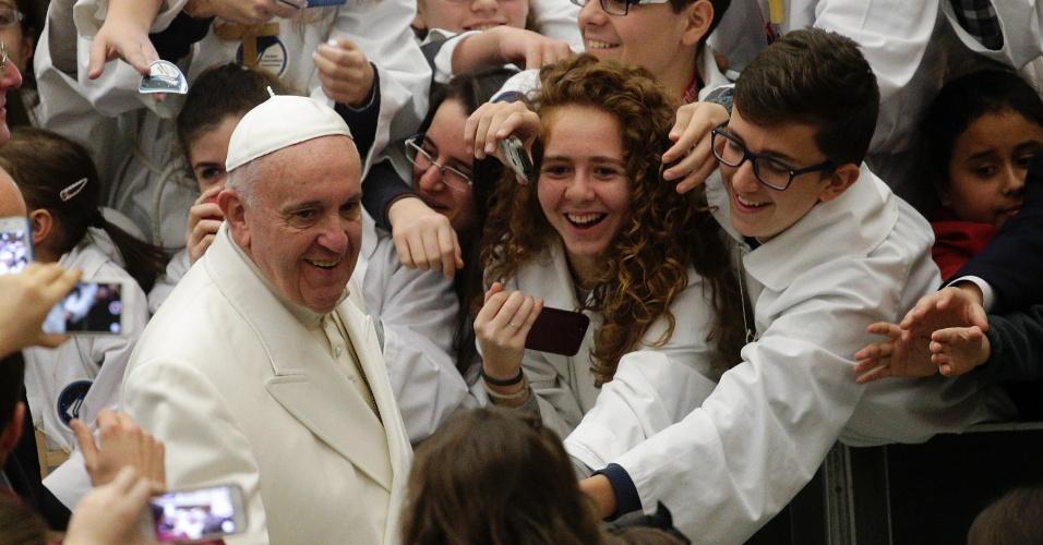 31.dez.2015 - Papa Francisco chega para audiência com os Pueri Cantores, grupo de corais infantis que acompanha as celebrações da Igreja Católica, no Vaticano