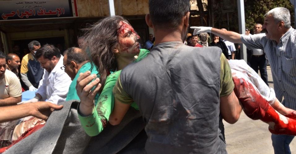28.abr.2016 - Mulher é resgatada depois de bombardeiro em hospital de Aleppo, ao norte Síria. Pelo menos 27 pessoas morreram, entre elas o último pediatra que havia na região controlada pelos rebeldes