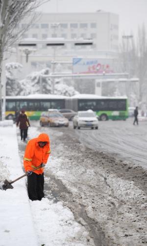 22.nov.2015 - Gari limpa neve de rua em Hohhot, no norte da China. Nevascas atingiram uma vasta área do norte da China - incluindo a província autônoma da Mongólia Interior, onde fica Hohhot - interrompendo o tráfego em muitas cidades