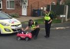 Policial faz menina que 'dirigia' carrinho de plástico passar por teste do bafômetro (Foto: Reprodução/Twitter/@cheshirepolice)