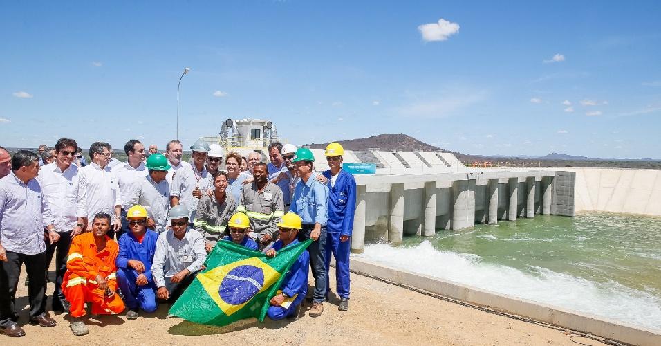 Dilma Rousseff posa para foto com trabalhadores durante cerimônia de entrega do primeiro trecho do eixo norte da transposição do rio São Francisco