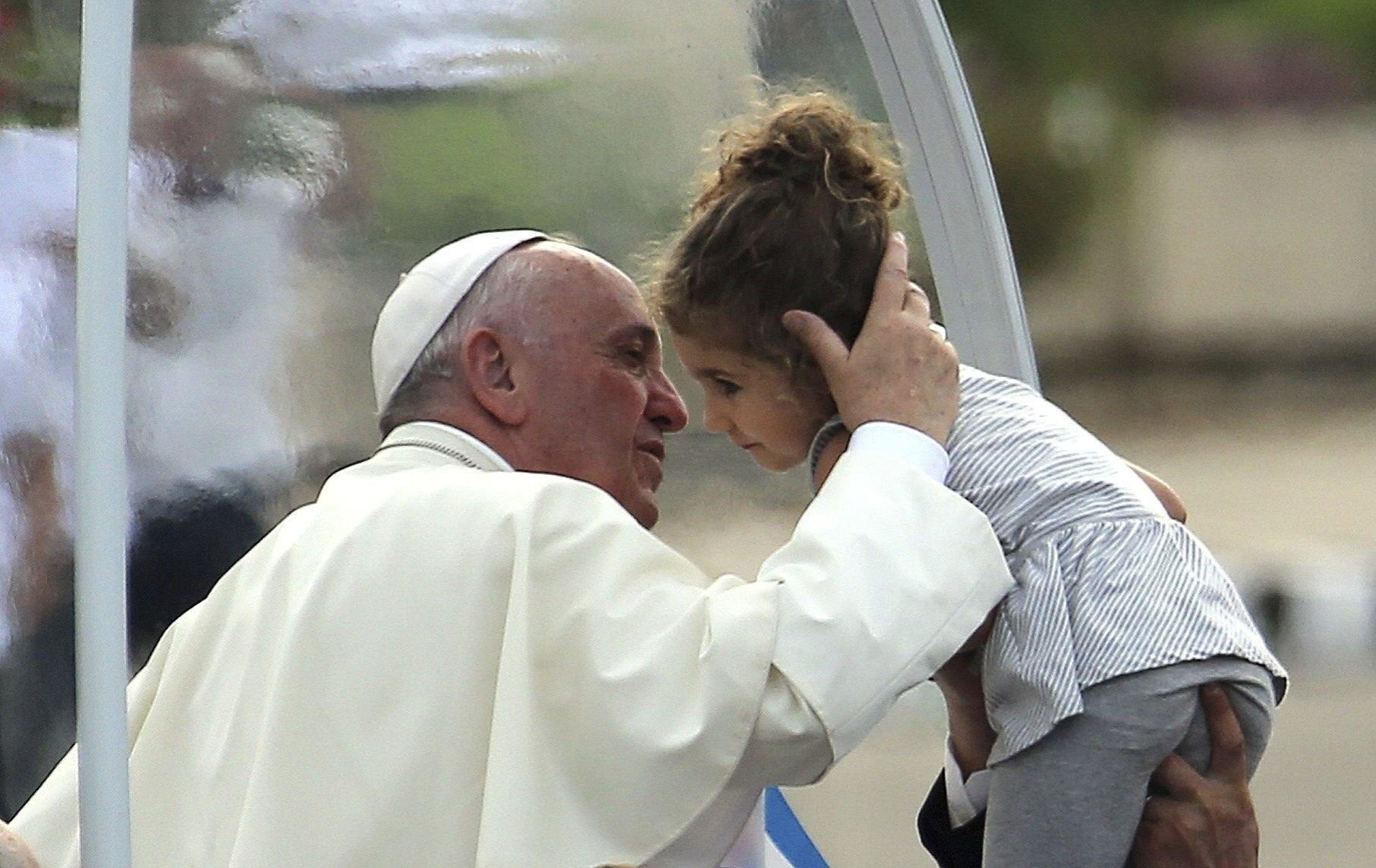 20.set.2015 - O papa Francisco beija uma criança na chegada à Praça da Revolução, em Havana, onde ele celebra missa