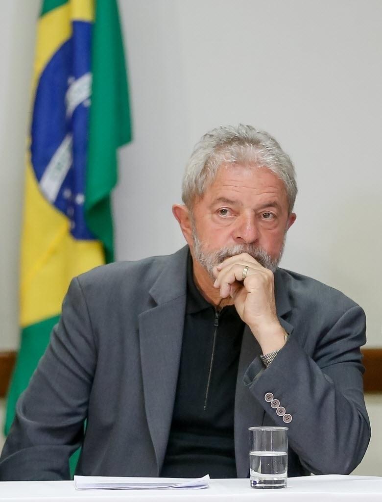 29.jun.2015 - O ex-presidente Luíz Inácio Lula da Silva se reúne com as bancadas do PT da Câmara dos Deputados e do Senado na noite desta segunda-feira (29) em Brasília (DF). Alguns membros do partido no Congresso afirmaram que irão cobrar Lula sobre as críticas recentes feitas ao partido