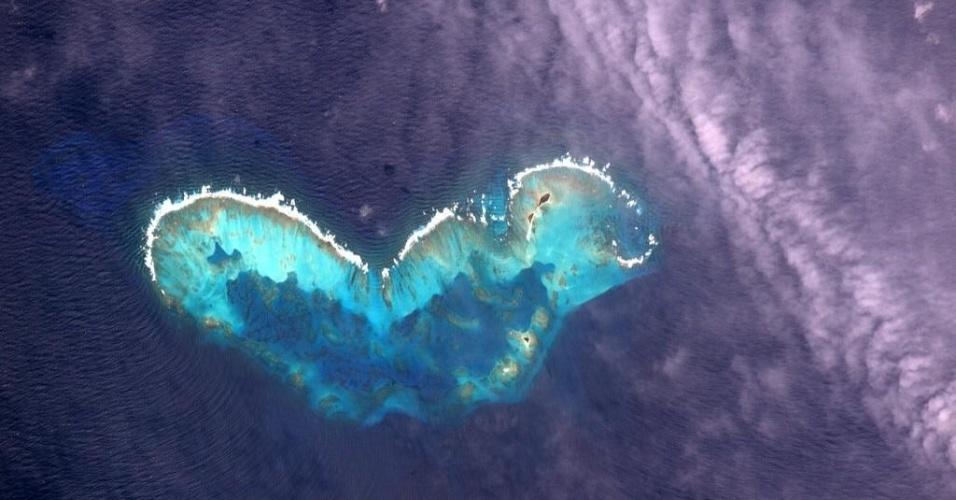 """14.jul.2015 - O astronauta Scott Kelly postou nesta terça-feira (14) em sua conta no Twitter uma foto do atol de Cayo Bolivar,  no arquipélago de San Andres, na Colômbia, com a seguinte frase: """"A @NasaNewHorizon (sonda a caminho de Plutão) nos mostrou um coração hoje. A Terra compartilha o amor, vista da @space_station"""" (ISS - Estação Espacial Internacional, sigla em inglês)"""