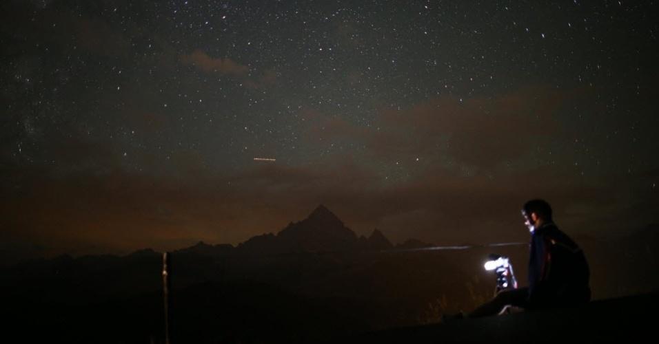 13.ago.2015 - Fotógrafo prepara equipamento para registrar a chuva de meteoros Perseidas, em Cuneo, Itália. O evento ocorre anualmente e tem este nome por ser avistado da Terra próximo da constelação de Perseu