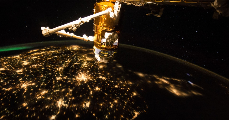 """21.set.2015 - O astronauta da Nasa Scott Kelly tirou essa foto a bordo da ISS (Estação Espacial Internacional) que mostra grande parte dos Estados Unidos nas primeiras horas da manhã. Ele compartilhou a imagem no Twitter e escreveu """"Céu limpo sobre grande parte dos EUA hoje. Bom dia da Estação Espacial"""""""
