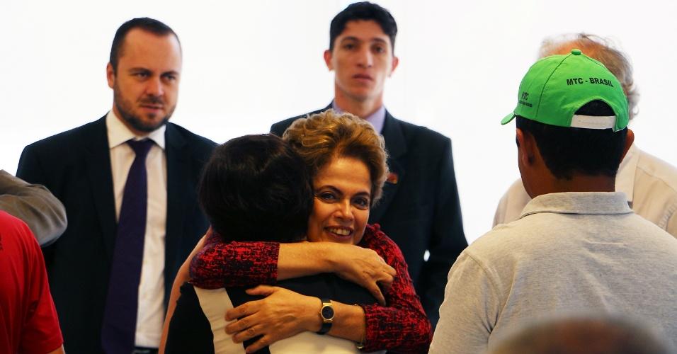 17.dez.2015 - A presidente Dilma Rousseff recebe no Palácio da Alvorada, em Brasília, representantes da Frente Brasil Popular. A frente é uma união de movimentos sociais, sindicatos, partidos políticos e outros protagonistas da sociedade civil e defende mudanças na política econômica e a legalidade democrática do processo que elegeu Dilma. Na quarta-feira (16), atos em diversas cidades do Brasil pediram a continuidade do governo da presidente. Nesta quinta, o STF retoma o julgamento sobre o rito do impeachment de Dilma. Na quarta, o relator, ministro Luiz Edson Fachin, defendeu a validade de atos relativos ao impeachment, praticados pelo presidente da Câmara, Eduardo Cunha (PMDB-RJ)