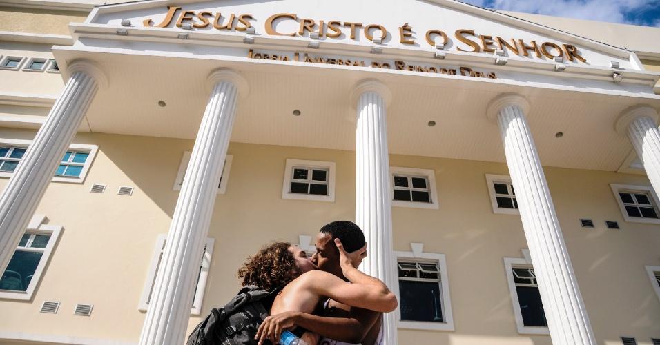 25.mai.2013 - Manifestantes se beijam em frente a uma igreja evangélica durante Marcha das Vadias realizada neste sábado, em Florianópolis (SC)