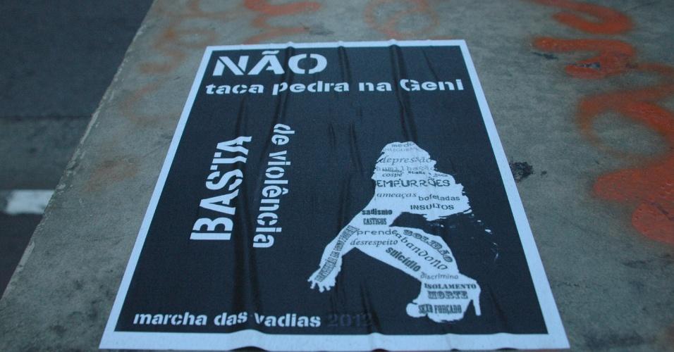 25.mai.2013 - Panfletos em lixeiras e postes da avenida Paulista em São Paulo (SP) anunciam a Marcha das Vadias que acontece na avenida