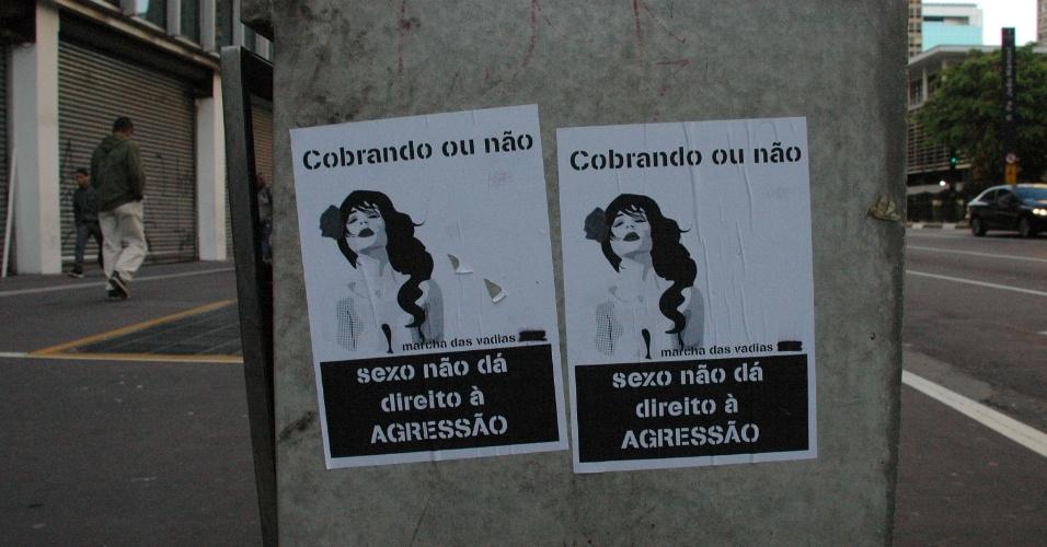 25.mai.2013 - Panfletos em lixeiras e postes da avenida Paulista em São Paulo (SP) anunciam a Marcha das Vadias que acontece no local
