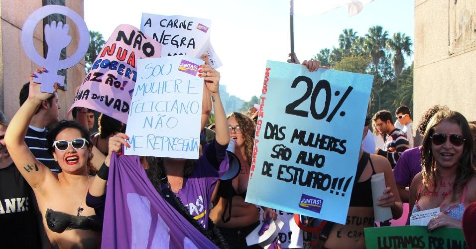 26.mai.2013 - Manifestantes participam da Marcha das Vadias, no parque Farroupilha, em Porto Alegre, neste domingo (26). A marcha é um ato pelos direitos das mulheres