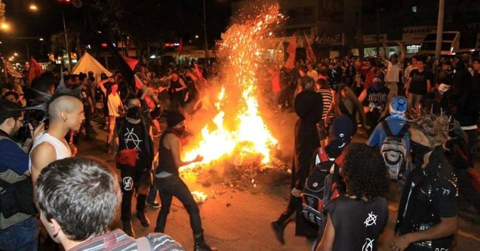28.mai.2013 - Estudantes ateiam fogo em objetos durante protesto contra o aumento da tarifa do transporte coletivo de Goiânia na praça da Bíblia, no Setor Leste Universitário, na capital de Goiás.Com o acréscimo de 11%, a passagem passou de R$ 2,70 para R$ 3