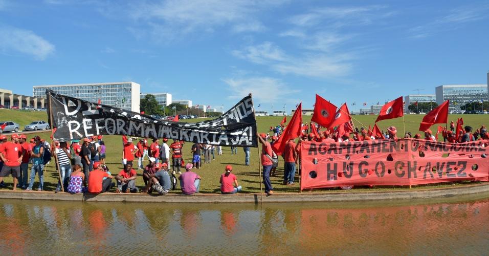 28.mai.2013 - Integrantes do MST (Movimento dos Trabalhadores Rurais Sem Terra) protestam em frente ao Congresso Nacional, em Brasília. O movimento cobra da presidente Dilma o assentamento imediato das 90 mil famílias do Acampamento Nacional Hugo Chávez e denuncia o processo de paralisação da reforma agrária no país