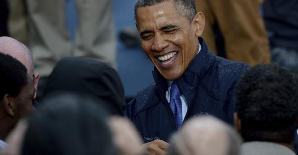 28.mai.2013 - O presidente dos Estados Unidos, Barack Obama, sorri para pessoas que o abordaram pela rua durante visita a costa de Nova Jersey. Obama vistoria as obras de reconstrução do Estado americano devastado pelo furacão Sandy em outubro do ano passado