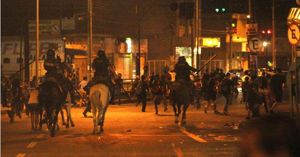 28.mai.2013 - Policiais militares e estudantes entram em confronto na praça da Bíblia, no Setor Leste Universitário, em Goiânia,  durante protesto contra o aumento da tarifa do transporte coletivo na capital de Goiás. Com o acréscimo de 11%, a passagem passou de R$ 2,70 para R$ 3