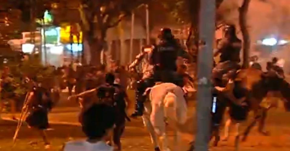 28.mai.2013 - A praça da Bíblia, no Setor Leste Universitário, em Goiânia, fira campo de batalha entre policiais e estudantes  durante protesto contra o aumento da tarifa do transporte coletivo na capital de Goiás. Com o acréscimo de 11%, a passagem aumentou de R$ 2,70 para R$ 3