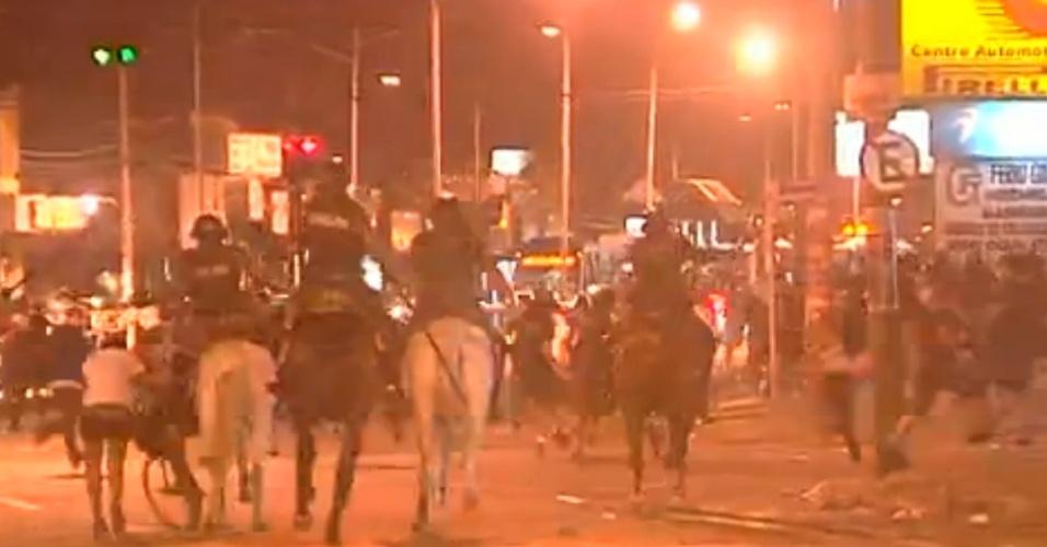 28.mai.2013 - Cavalaria enfrenta estudantes durante protesto contra o aumento da tarifa do transporte coletivo de Goiânia na praça da Bíblia, no Setor Leste Universitário, na capital de Goiás. Com o acréscimo de 11%, a passagem passou de R$ 2,70 para R$ 3