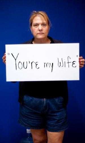 """29.mai.2013 - Vítima de estupro da cidade de Slippery Rock, na Pensilvânia (EUA), mostra cartaz no qual se lê: """"Você é minha mulher"""". Ela participa do projeto Unbreakable (inquebrável, em português), tumblr da fotógrafa norte-americana Grace Brown que reúne fotos de pessoas abusadas sexualmente segurando cartazes com frases ditas por seus agressores"""