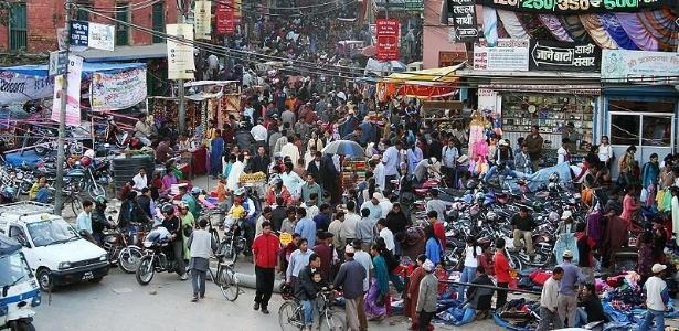 Rua de Katmandu, capital do Nepal, país densidade demográfica de 184 habitantes por Km2