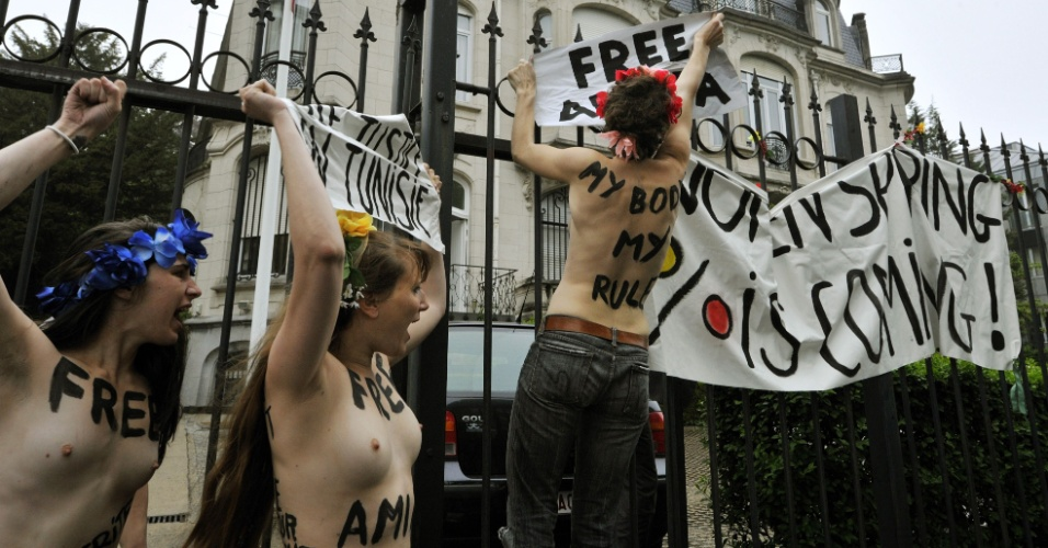 30.mai.2013 - Ativistas do grupo feminista Femen protestam nesta quinta-feira em frente à Embaixada da Tunísia em Bruxelas, Bélgica, pela libertação de Amina Tyler, integrante tunisiana do grupo que está presa em Túnis