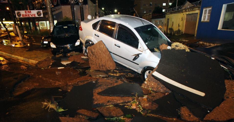 30.mai.2013 - Chuva e ventos fortes causam prejuízos em Uberlândia (MG), na noite de quarta-feira(29). Carros foram arrastados pela força das águas e trechos do asfalto de algumas ruas ficaram destruídos
